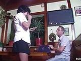 Mutti hilf dem Gast in der Kneipe und laesst sich ficken