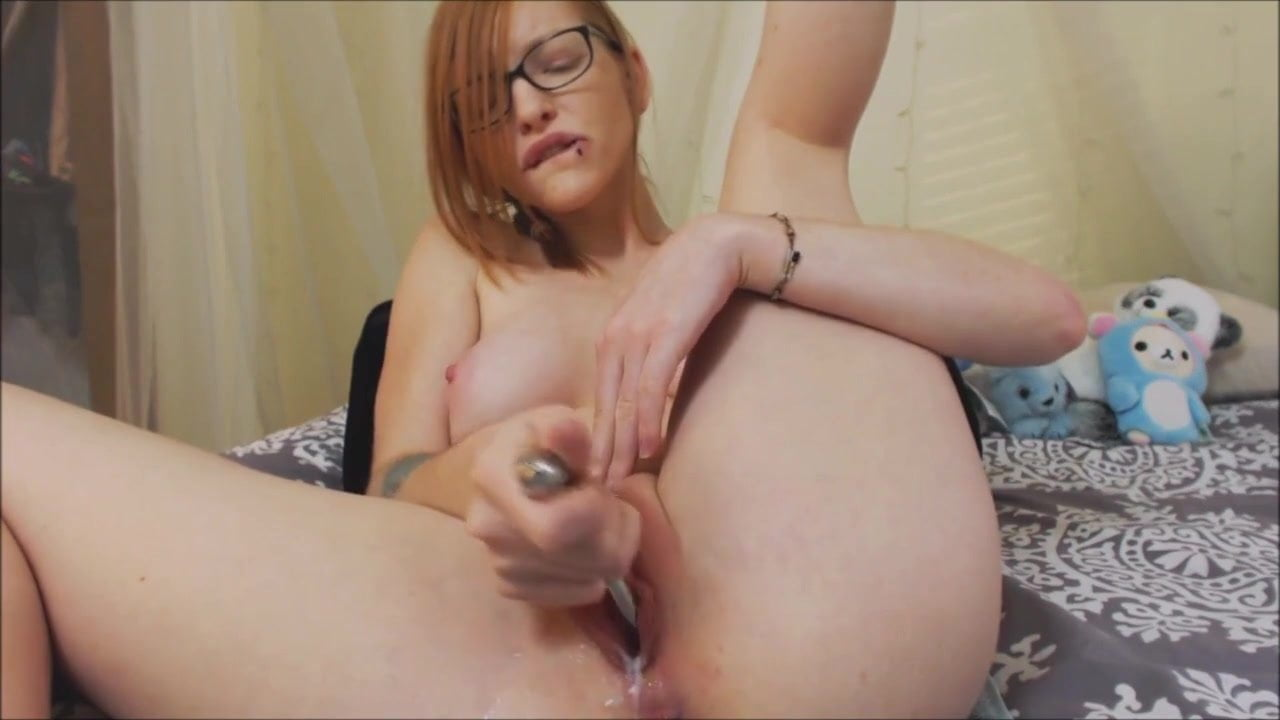 Cute nude redhead camgirl on webcam play with her young pussy