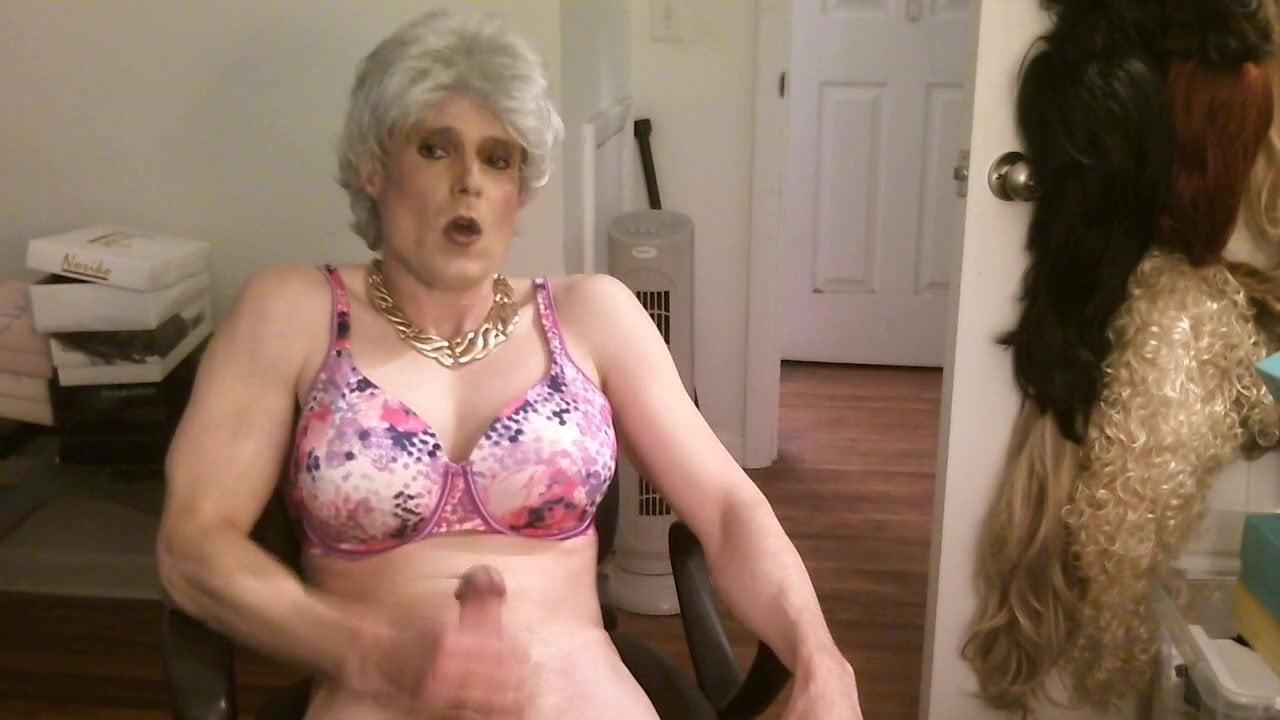 Пожилая женщина и транс