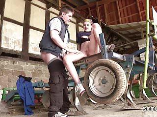 Skinny Teeny laesst sich von alten Bauern ficken