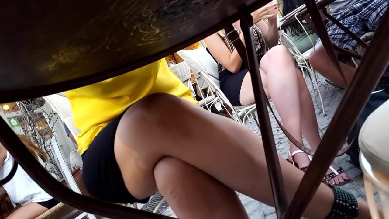 Подгляд под столом за зрелыми, чулки торчат из под шорт