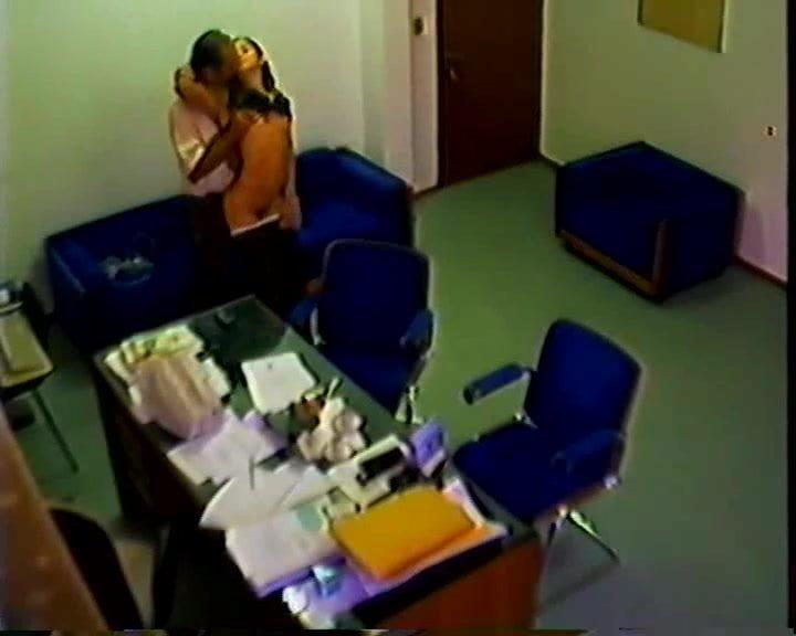 Подруга сосет скрытая камера в офисе на корпоративе парни трахают
