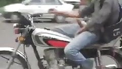 lo saca en la moto