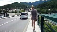 Nue en public au milieu des voitures