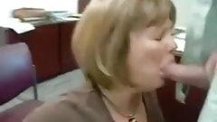 Настоящая секретарша ест сперму от ее босса
