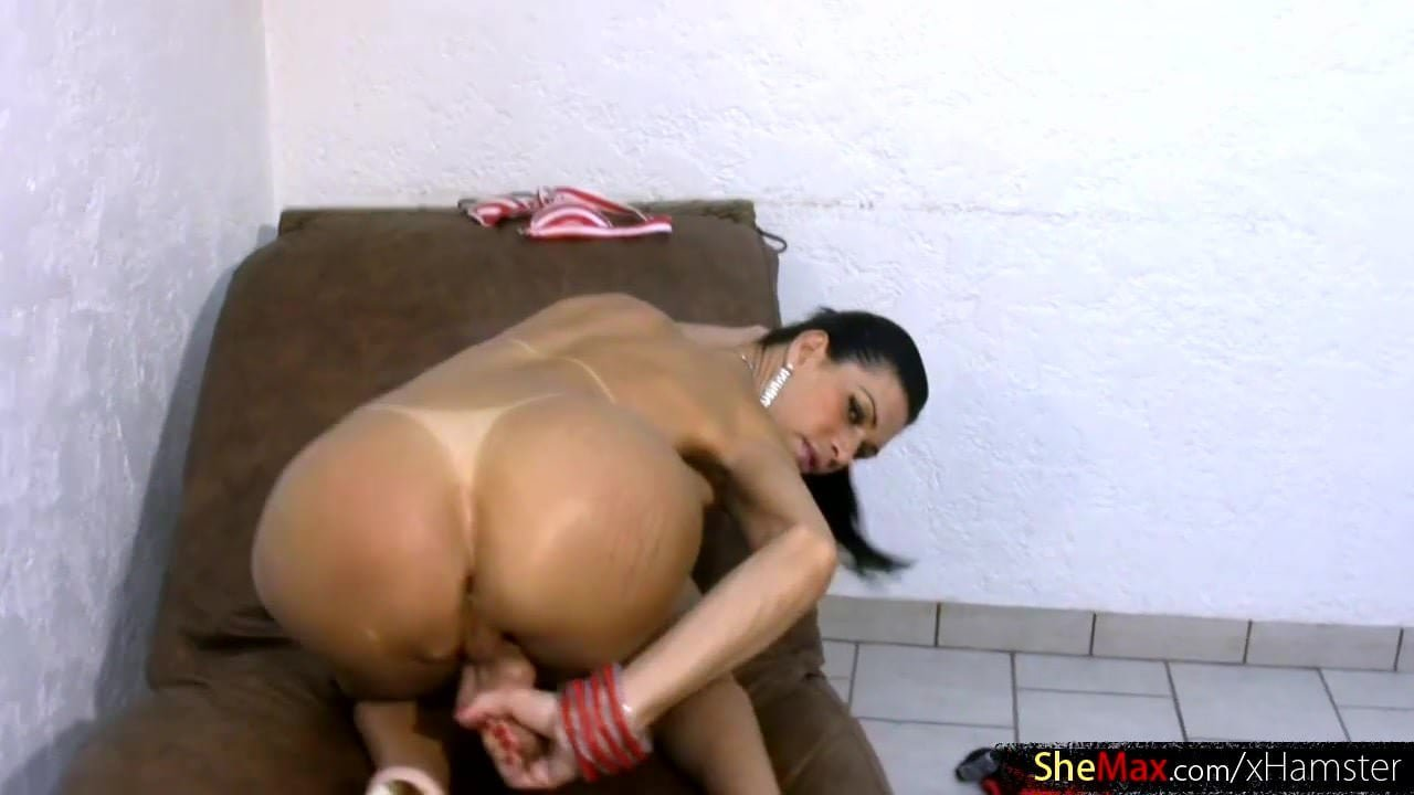 Incredible t-babe milks her bigtits and finger fucks asshole