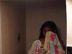 Espiada  cuando sale de la ducha