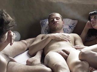 Flor Dragonetti escena de los senos en Somos tr3s <c>2018<d>