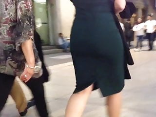 Blondes big ass, tight green dress , sexy milf