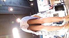 upskirt sous la jupe vendeuse jolie jambe