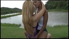 blones girls kissing 223311