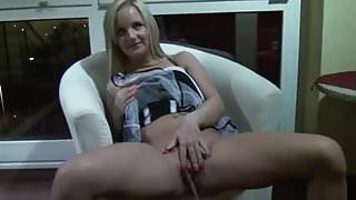 Perverse Blondine pisst in der Hotellobby!