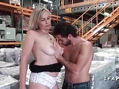 Milf cougar francaise aux gros seins donne son cul