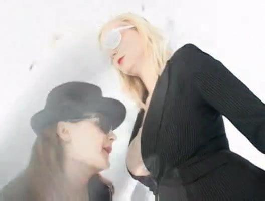 Lesbian seduces best friend