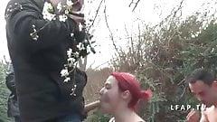 Jeune rousse francaise sodomisee dans un gangbang avec Papy
