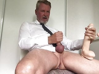 Preview 2 of Cum w 10 inches, sprut med 25 cm upp i farsans anal!