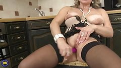Mature mom feeding her wet hungry pussy's Thumb