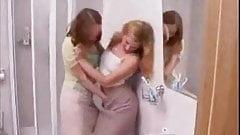 maman et sa fille  a la salle de bain chaud