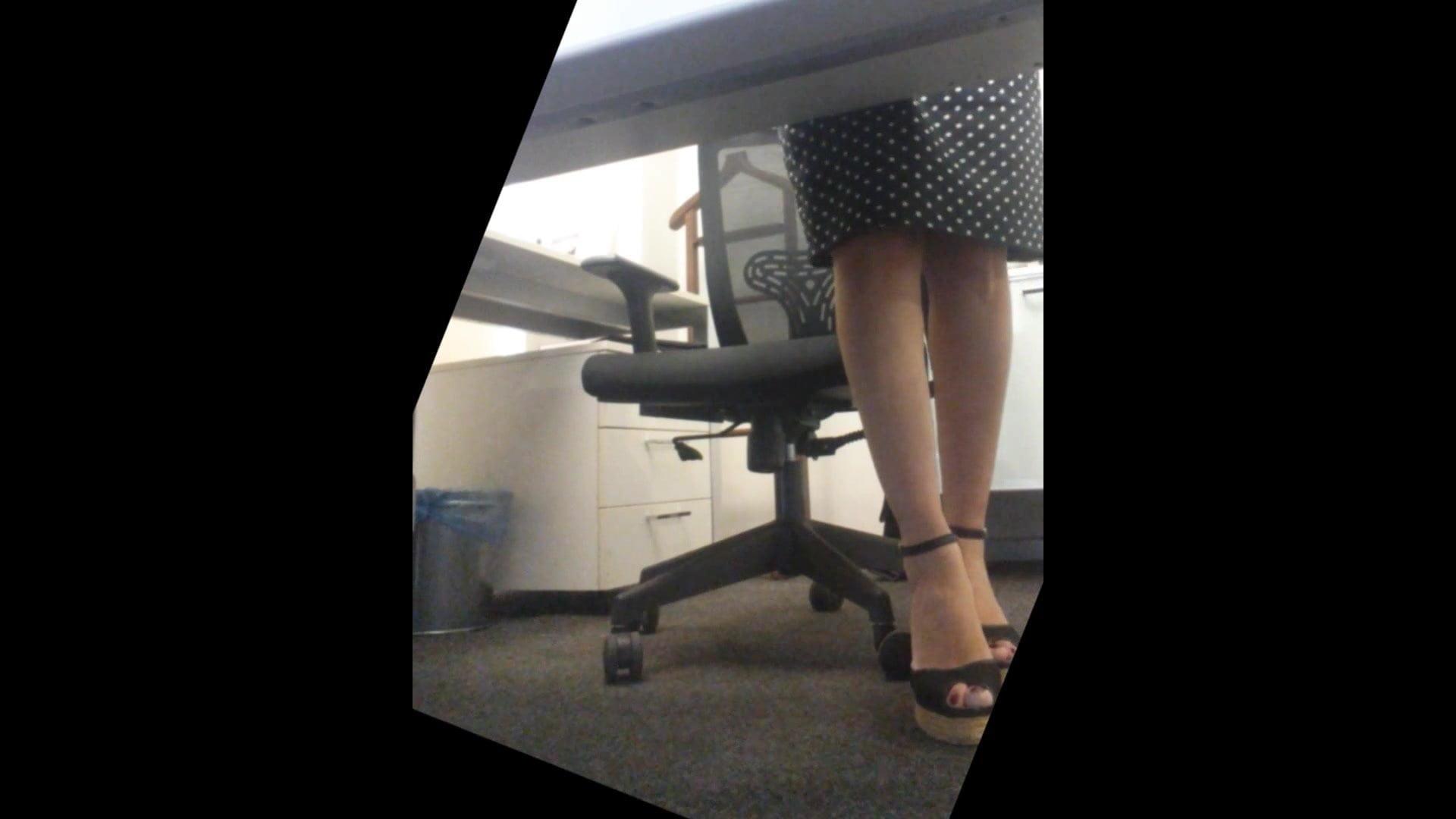 на под мастурбирует скрытую столом камеру