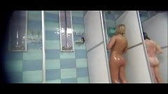 Rubia rabiosa desnuda en la ducha
