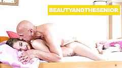 Opa weckt Schätzchen mit seinem Schwanz auf