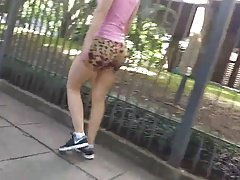 Gostosa caminhando com roupa de ginastica