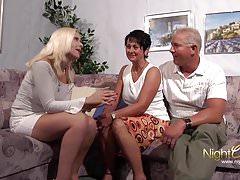 PrivatVideo !!!!  Ehepaar fickt die Freundin des Sohnes