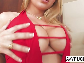 Avy Scott likes to finger fuck herself