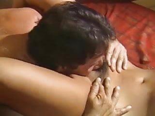 Frau mit langen pinken Krallen
