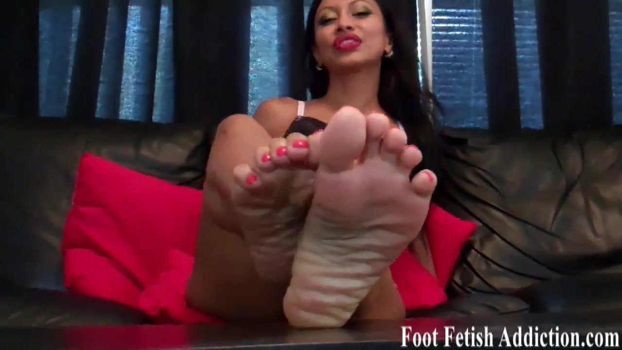 Worship my sexy feet and suck on my toes