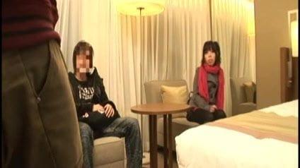 ポルノE9:日本の女の子は彼のボーイフレンドの前で犯されている