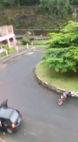 Loira pelada no meio da rua, grita que fumou maconha