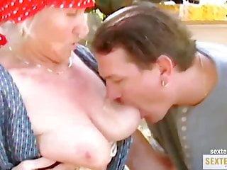 Oma fickt sich die Moese wund