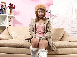 Download video bokep Japanese beauty masturbates with toys on the sofa Mp4 terbaru
