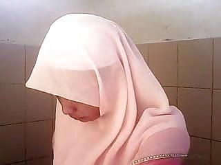 Download video bokep Intip Tudung Pink Tandas Mp4 terbaru