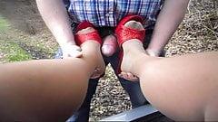 Footjob - outdoor auf Parkplatz - Sperma Heels und Nylons