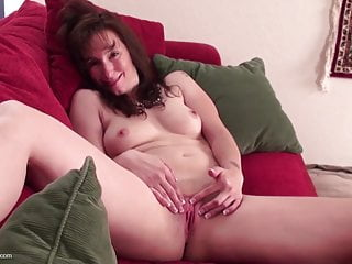 Mature wife and mom feeding her old cunt