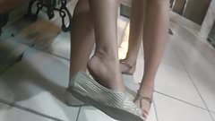 Candid college girl feet dangling in college pezinhos pies