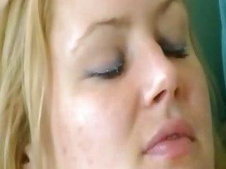se despierta cachonda y se masturba