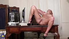 Amateur sexy blonde mom getting orgasm