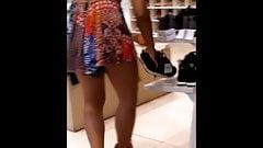 Gostosa experimentando o sapato