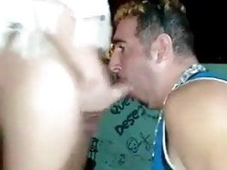 Patricia Carvalho sendo chupada em um lugar publico