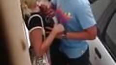Une blonde se fait peloter les seins dans la rue