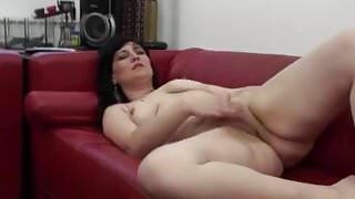 BLACK HAIRED MATURE PLAYS WITH HER POOTER