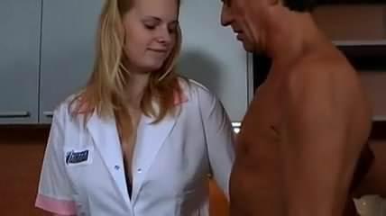 Krankenschwester Hilft Beim Spritzen