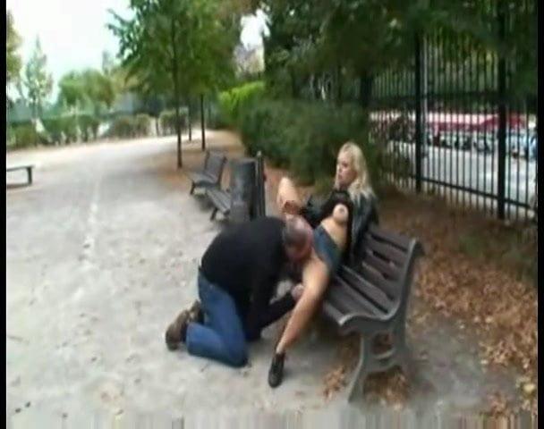 мазохист отлизал на улице женщине видео недоверчиво уснул