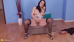 Amateur mature mom with unshaved hungry pussy