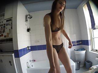 Jeune coquine dans la salle de bain