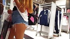 novinha de microshotinho mostrando a raba na loja de roupas