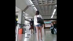 Novinha com micro short no aeroporto! Teen with short